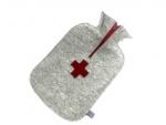Filz-Wärmflasche in hellgrau mit Kreuz